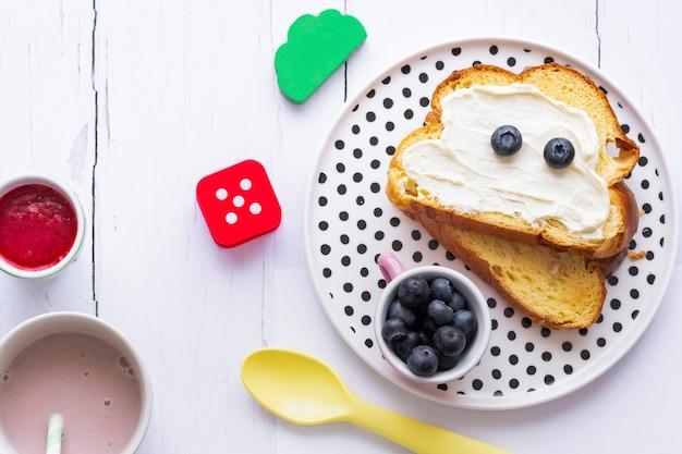 Tostada de queso crema para niños con arándanos