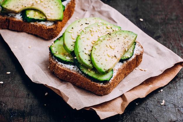 Tostada saludable con requesón, pepino y aguacate.