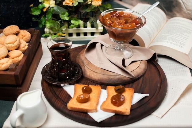 Tostadas con confitura de higos y un vaso de té.