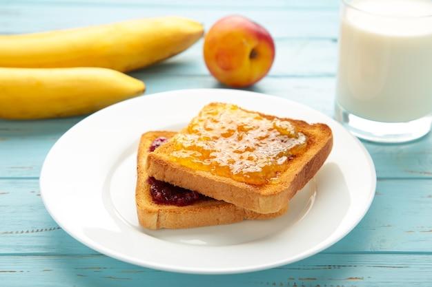 Tostadas dulces con mermelada para desayunar en azul. vista superior