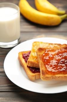 Tostadas dulces con mermelada y fruta con leche para el desayuno. vista superior