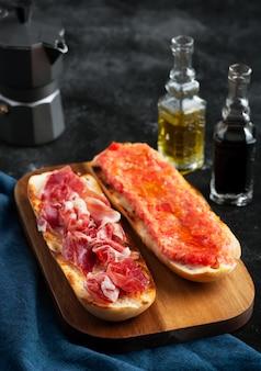Tostadas españolas de tomate y jamón, desayuno o almuerzo tradicional
