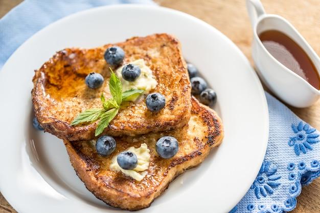 Tostadas francesas con arándanos frescos y jarabe de arce