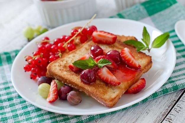 Tostadas francesas con bayas y mermelada para el desayuno
