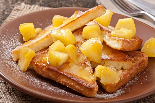 Tostadas francesas con manzanas caramelizadas para el desayuno