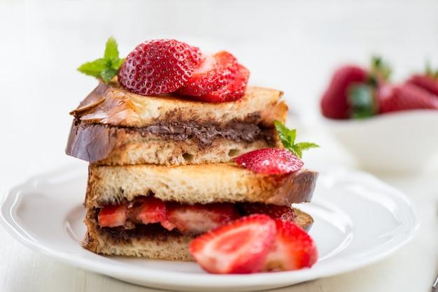 Tostadas francesas con relleno de avellana de chocolate