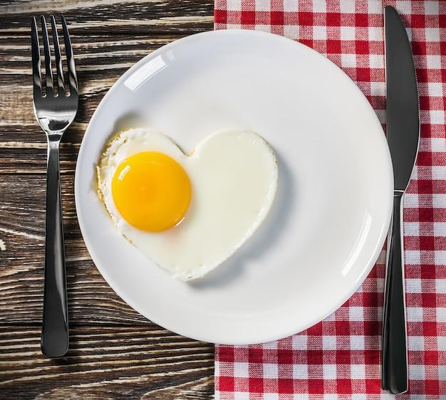 Tostadas con huevos revueltos en forma de corazón