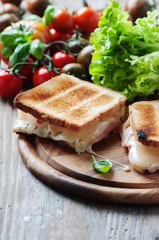 Tostadas con jamón y queso