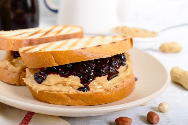 Tostadas con mantequilla de maní y mermelada de frutos rojos