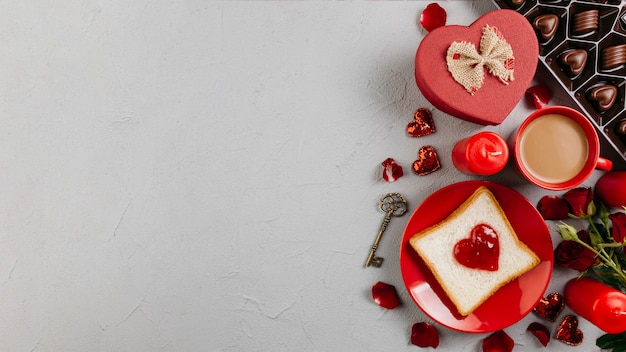 Tostadas con mermelada en forma de corazón con taza de café.