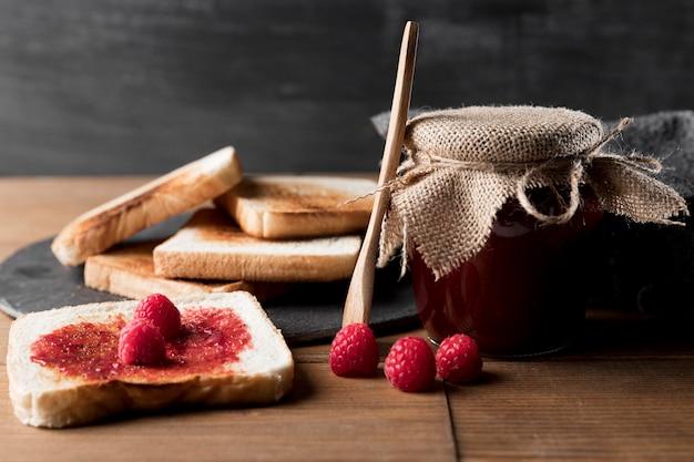 Tostadas con mermelada de frambuesa y frasco