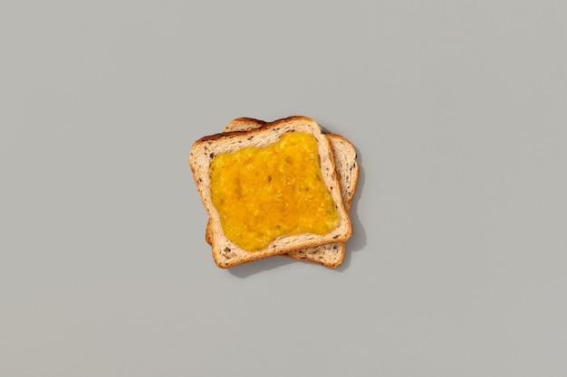 Tostadas con mermelada de limón sobre fondo gris. plantilla de menú de restaurante sabroso desayuno por la mañana