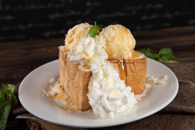 Tostadas de miel con crema batida y helado de vainilla