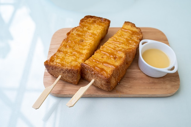 Tostadas de miel con leche en placa de madera