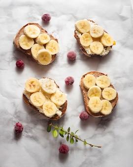 Tostadas planas con bananas en rodajas