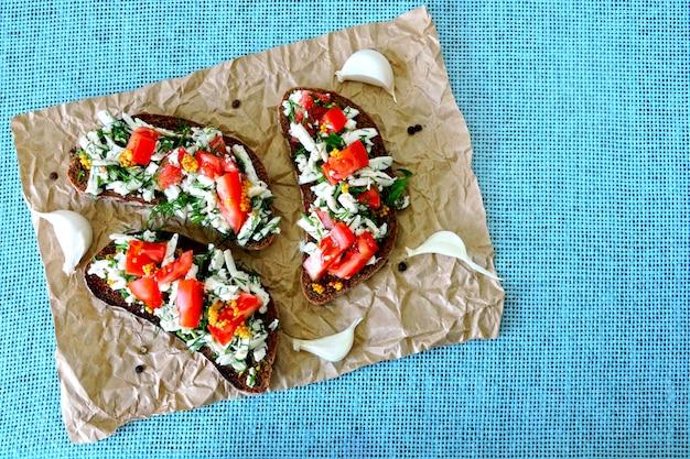 Tostadas con queso blanco, tomate y verduras. útil tostada vegetariana. dieta keto. keto almuerzo idea. comida sana.