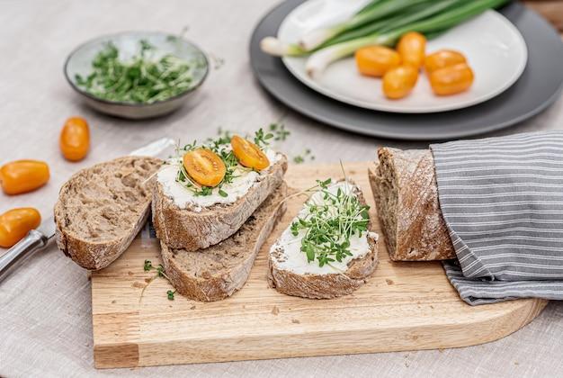 Tostadas con queso crema y micro ensalada, concepto de comida saludable