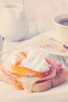 Tostadas con queso y huevo.