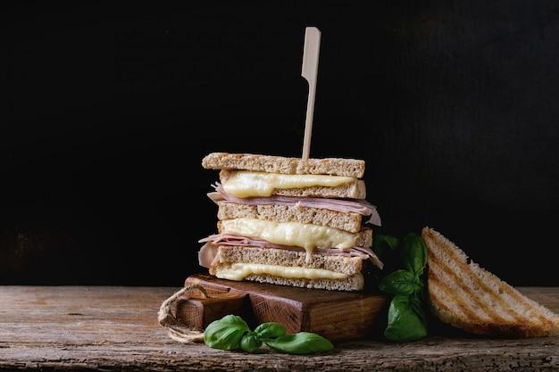Tostadas con queso y jamón.