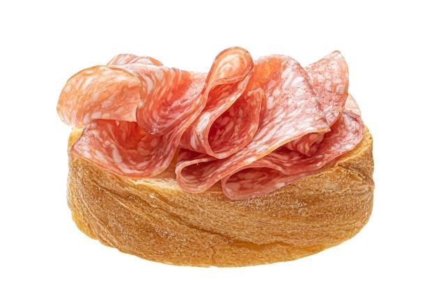 Tostadas con salami aislado sobre fondo blanco.