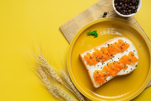 Tostadas con salmón ahumado y queso crema en la mesa