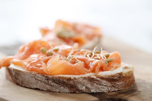 Tostadas de salmón ahumado