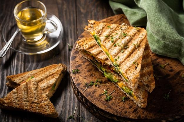Tostadas saludables de aguacate para el almuerzo.