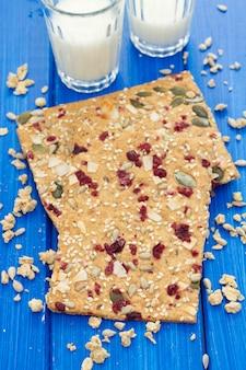 Tostadas saludables con frutos secos y semillas.