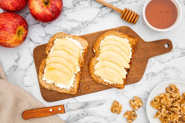Tostadas en tabla de cortar con manzanas