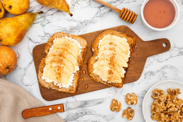 Tostadas en tabla de cortar con peras