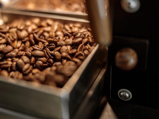 Tostadora de café industrial con granos de café tostados