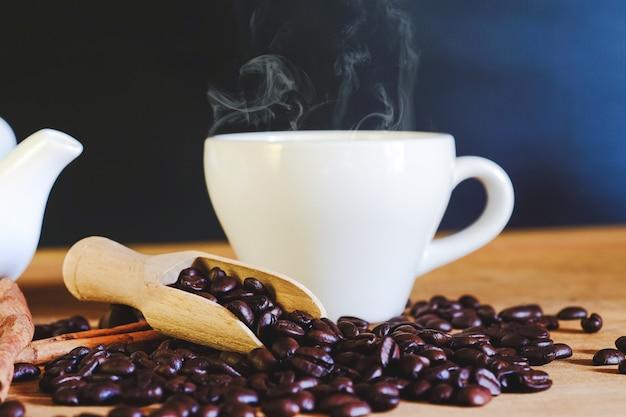 Tostadores de café en la cuchara de madera sobre la mesa.