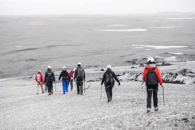 Tour en grupo, glaciar caminando escalando el glaciar.
