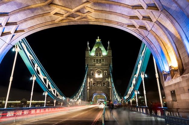 Tower bridge en londres por la noche