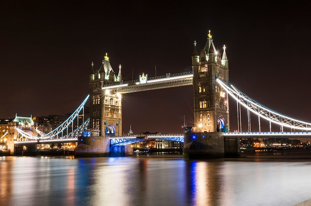 Tower bridge en londres por la noche