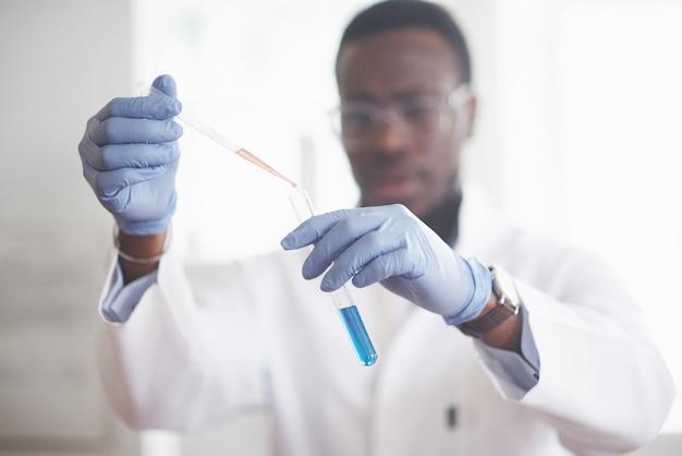Un trabajador afroamericano trabaja en un laboratorio realizando experimentos.