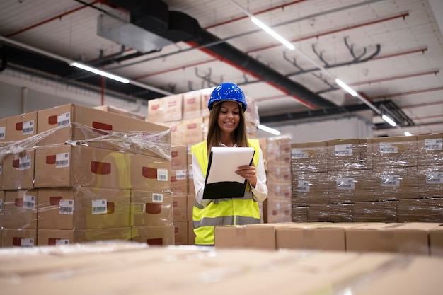 Trabajador del almacén comprobando el inventario y los productos y paquetes llegados en el departamento de almacenamiento