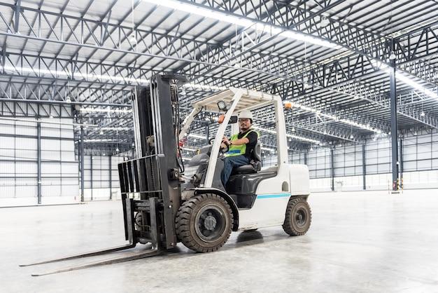 Trabajador de almacén conductor en uniforme en almacén de almacenamiento