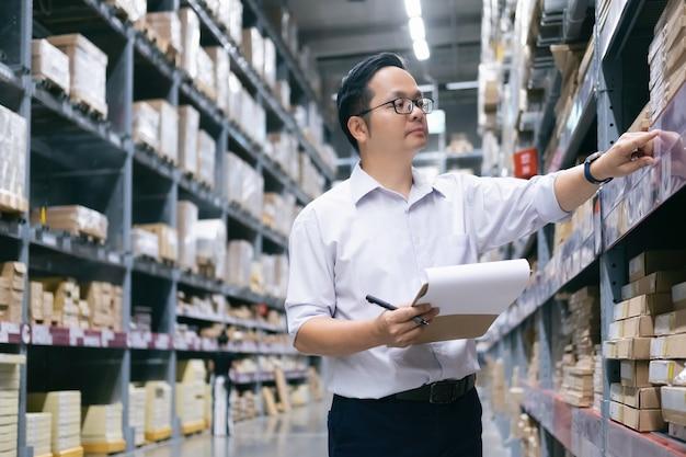 Trabajador del almacén que comprueba mercancías en el almacén.