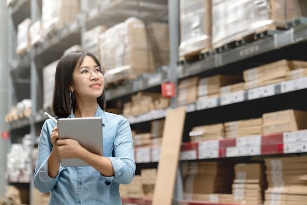 Trabajador asiático atractivo joven, dueño, mujer del empresario que sostiene la tableta elegante.