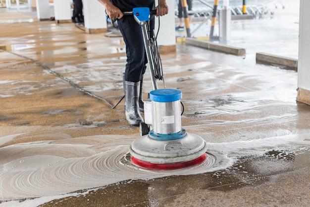 Trabajador asiático, limpieza, arena, lavado, pasarela exterior
