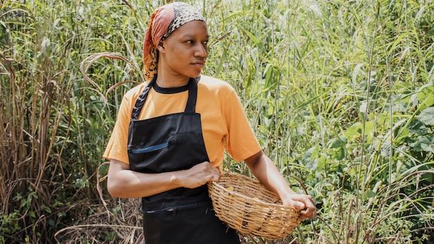 Trabajador de campo con canasta con maní