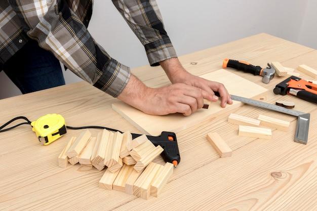 Trabajador de carpintero calificado utilizando sus herramientas en madera