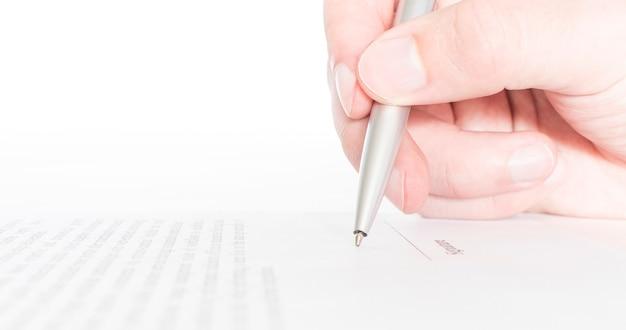Trabajador comercial firmando el contrato para concluir un trato