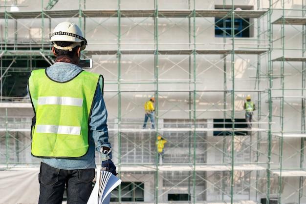 Trabajador de la construcción en los andamios