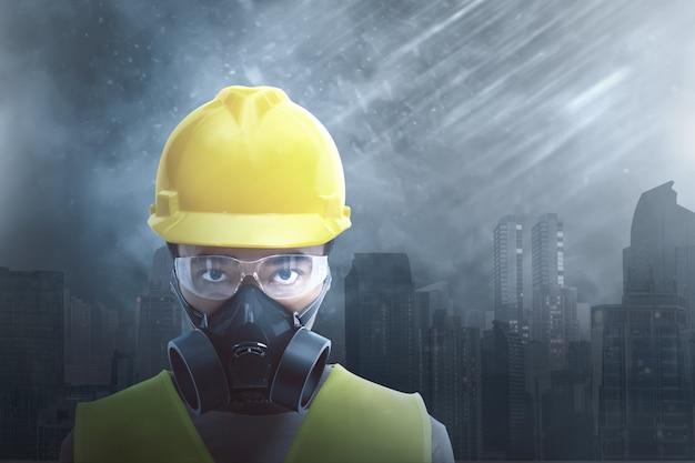 Trabajador de construcción asiático atractivo que lleva la protección de la seguridad