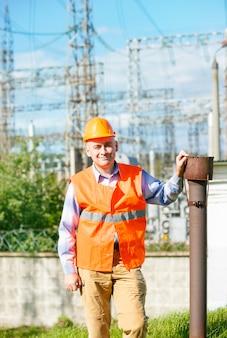 Trabajador de la construcción con un casco de subestación eléctrica