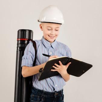 Trabajador de la construcción escribiendo en cuaderno