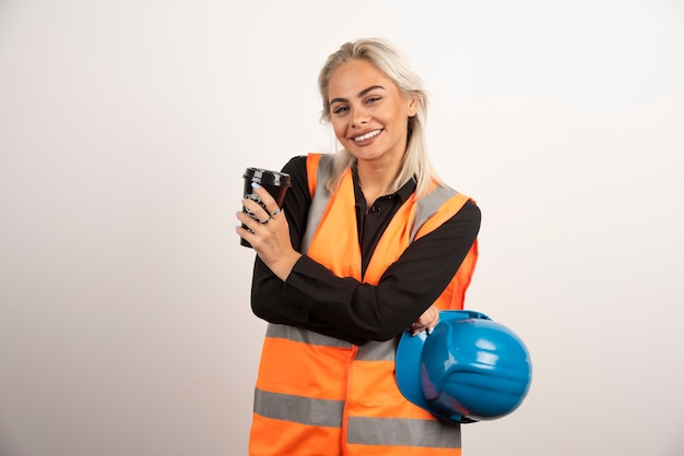 Trabajador de la construcción feliz teniendo descanso con una taza de té. foto de alta calidad