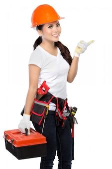 Trabajador de la construcción femenina señalando